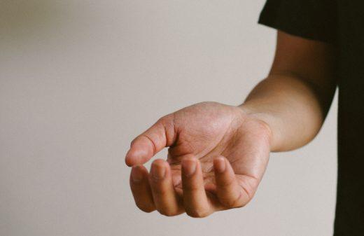 Open handpalm als symbool voor klantgerichte offerte